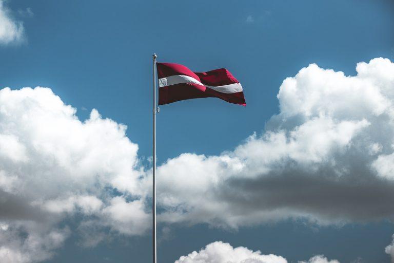 Lotyšsko, vlajka