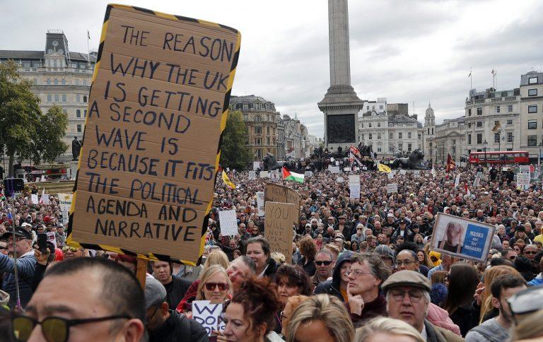 Protest proti prísnym pandemickým opatreniam v Británii