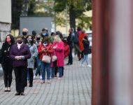 Občania čakajúci pred odberným miestom na Základnej škole Janka Matúšku v Dolnom Kubíne počas pilotného testovania miestneho obyvateľstva v rámci operácie Spoločná zodpovednosť, týkajúcej sa celoplošného testovania Slovákov v súvislosti s ochorením COVID-19 spôsobeným koronavírusom na Slovensku. Dolný Kubín, 23. október 2020.