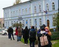 Na snímke čakanie obyvateľov na testovanie v Dolnom Kubíne dňa 23. októbra 2020.
