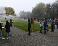 Na snímke ľudia čakajú testovanie v obci Raslavice v okrese Bardejov 23. októbra 2020.