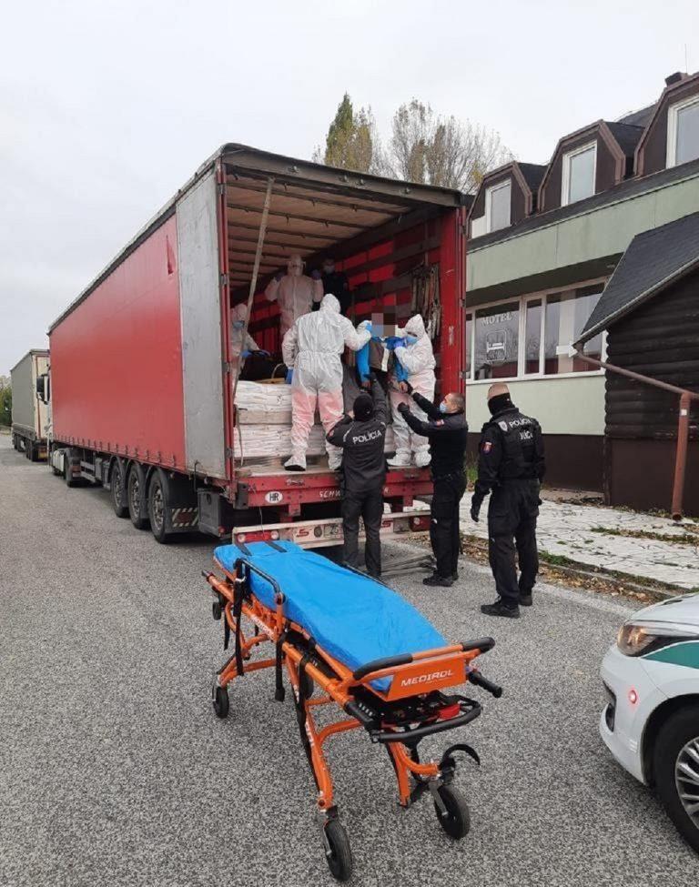 Polícia odhalila dvoch migrantov na diaľnici D2 pred Stupavou