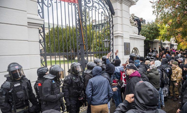 protivládny protest pred úradom vlády v Bratislave