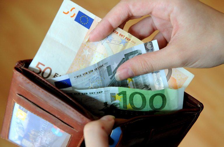 bankovky peniaze peňaženka eurá