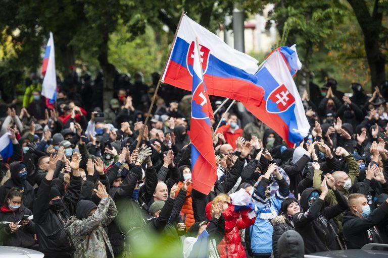 protestujúci pred Úradom vlády SR