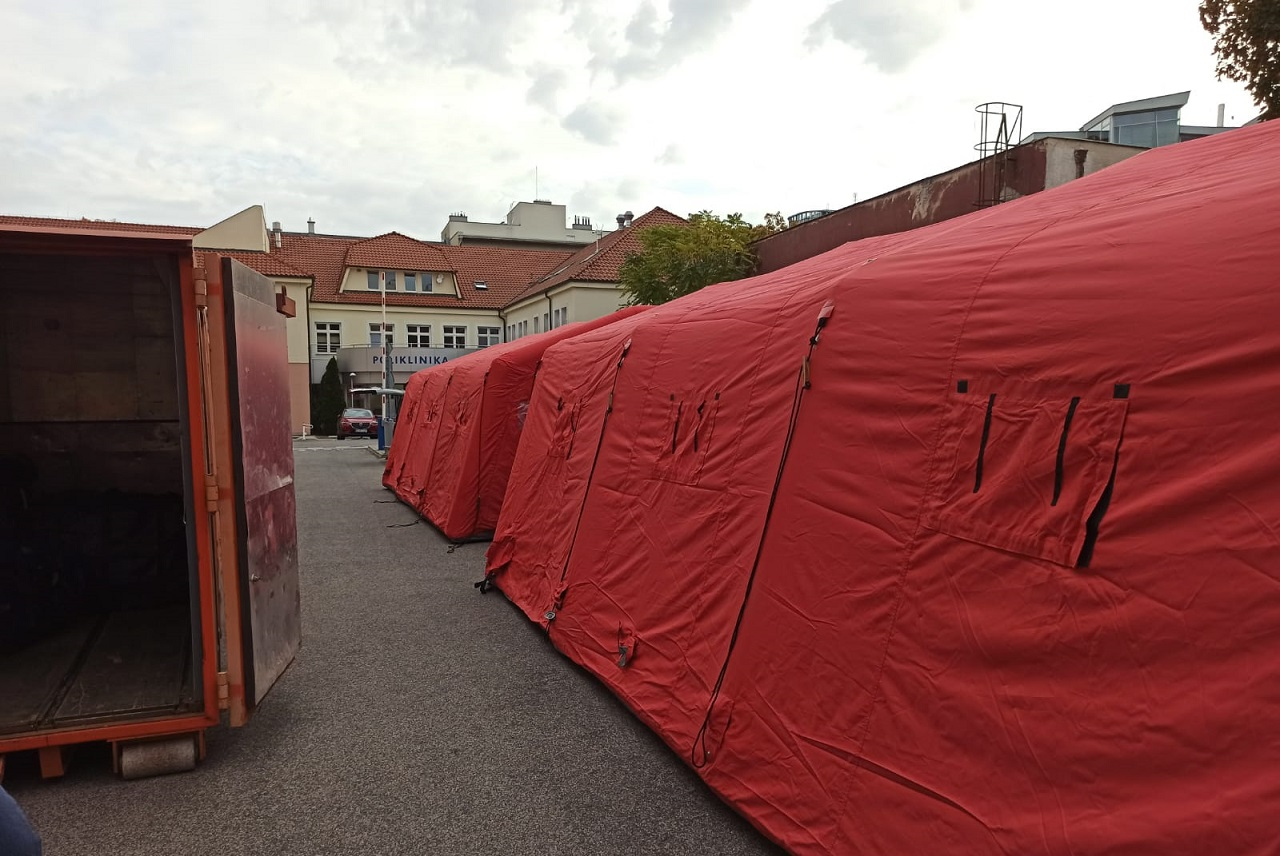 Hasiči postavili pred Nemocnicou sv. Michala šesť stanov