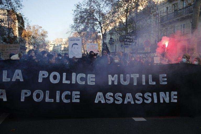 demonštranti protestný pochod proti bezpečnostnému zákonu, Paríž