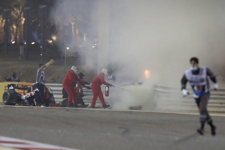 francúzsky jazdec F1 zo stajne Haas Romain Grosjean plamene hasenie havária po štarte okruh Sachir