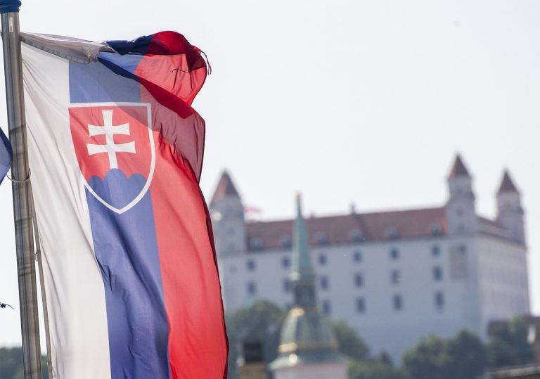 bratislavský hrad slovenská vlajka