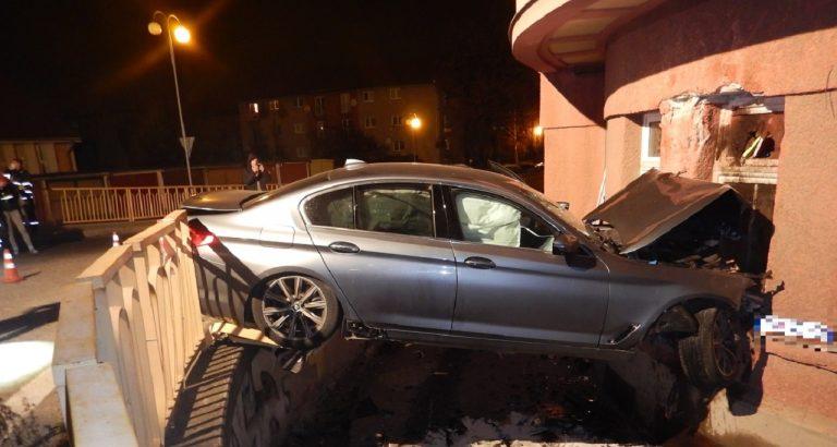 Opitý šofér vrazil do bytového domu, spolujazdec neprežil