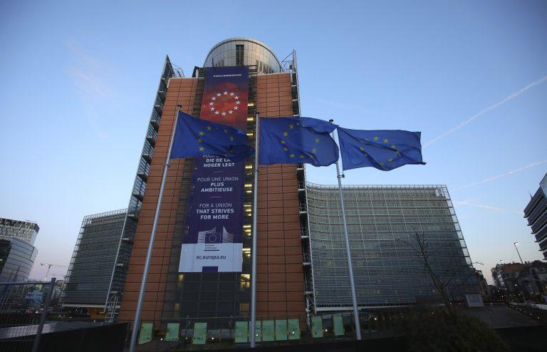 Vlajky Európskej únie (EÚ) vejú pred sídlom EÚ v Bruseli