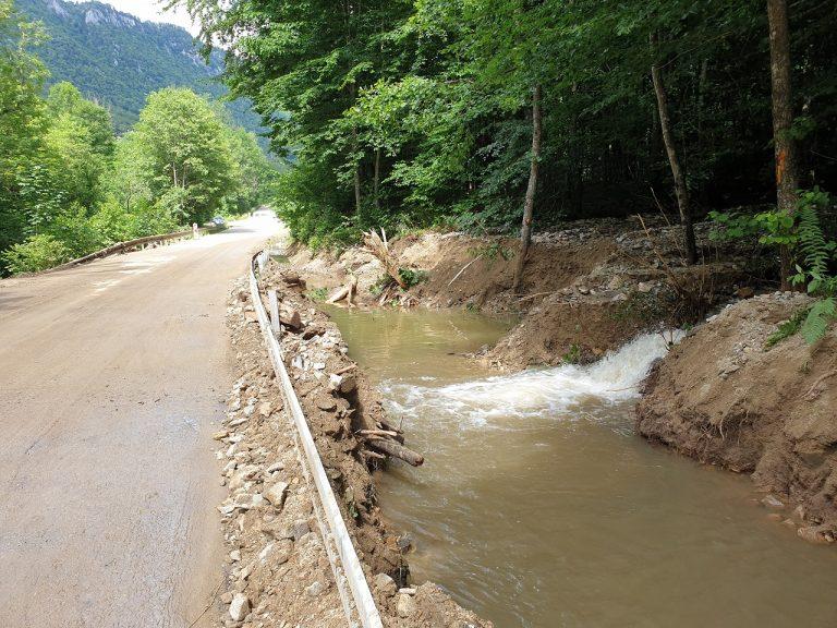 poškodená cesta druhej triedy medzi Muráňom a Prednou Horou