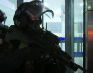 Na snímke rakúsky policajt po teroristickom útoku vo Viedni v utorok 3. novembra 2020.