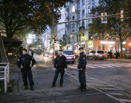 Na snímke rakúski policajti po teroristickom útoku vo Viedni v utorok 3. novembra 2020