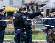 Na snímke rakúski policajti po teroristickom útoku vo Viedni v utorok 3. novembra 2020.