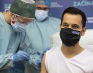 Na snímke podpredseda NRSR Juraj Šeliga (Za ľudí) počas očkovania proti ochoreniu COVID-19