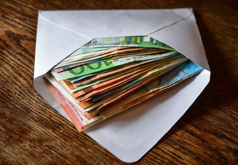 korupcia obálka peniaze bankovky