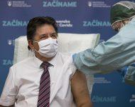 Na snímke minister životného prostredia SR Ján Budaj (OĽaNO) počas očkovania proti ochoreniu COVID-19