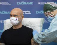 Na snímke minister školstva, vedy, výskumu a športu SR Branislav Gröhling (SAS) počas očkovania proti ochoreniu COVID-19