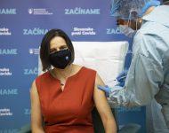 Na snímke ministerka spravodlivosti SR Mária Kolíková (Za ľudí) počas očkovania proti ochoreniu COVID-19