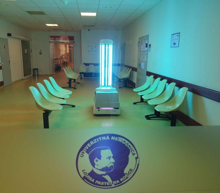 Na snímke autonómny dezinfekčný UVD robot