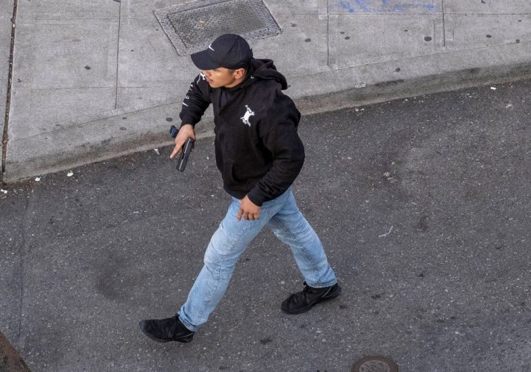muž so zbraňou