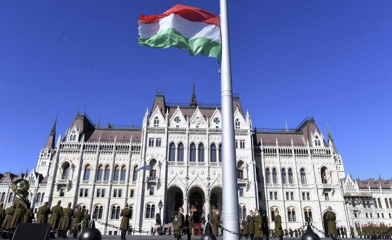 Maďarská vlajka maďarský parlament Maďarsko