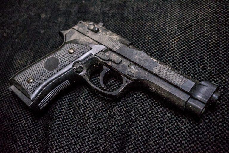 zbraň pištoľ
