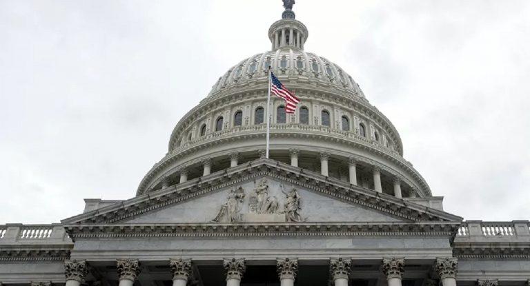 Muža, ktorý skúmal notebook Pelosiovej počas útoku na Kapitol, našli mŕtveho
