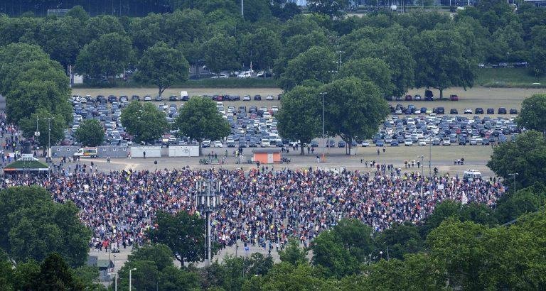 Demonštrácia proti koronakrízovým opatreniam v Stuttgarte