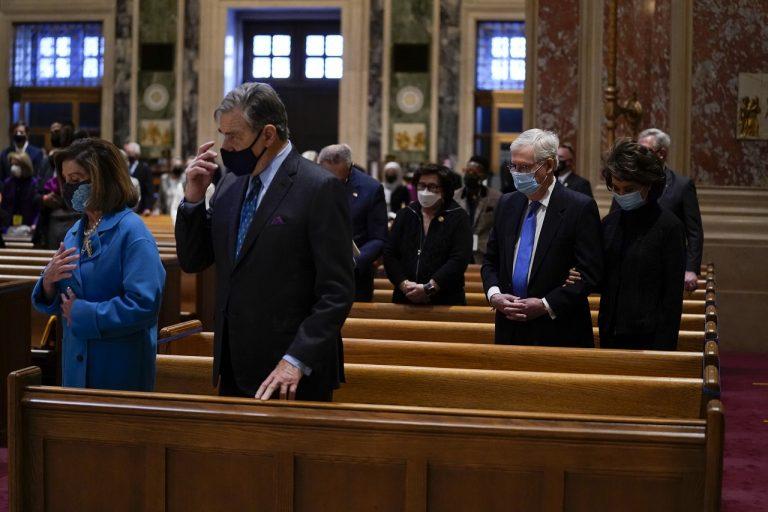 Nancy Pelosiová, Paul Pelosi, Mitch McConnell, manželka Elaine Chao bohoslužba Katedrála apoštola St. Matthewa, Washington