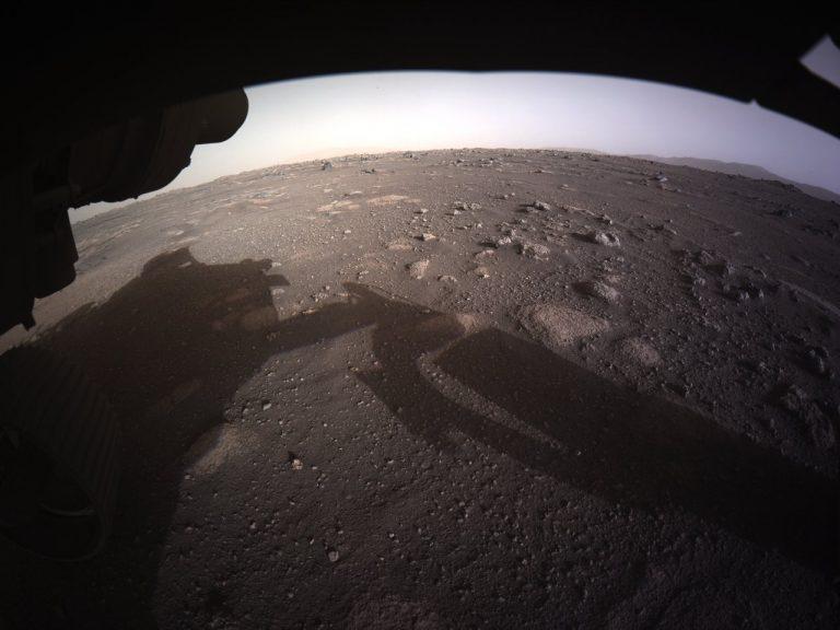 Prvá farebná fotografia Marsu z robotického vozidla Perseverance