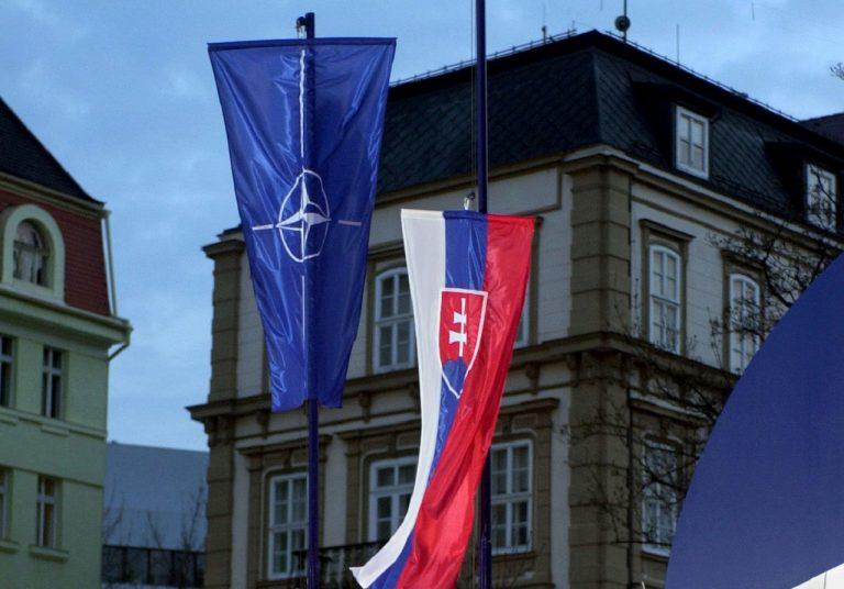 vztyčovanie slovenská vlajka vojaci Severoatlantická aliancia