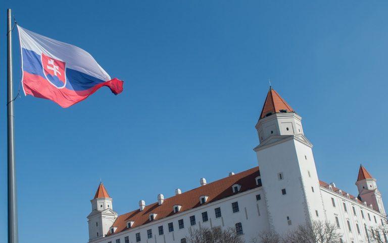 Slovenská vlajka a Bratislavský hrad