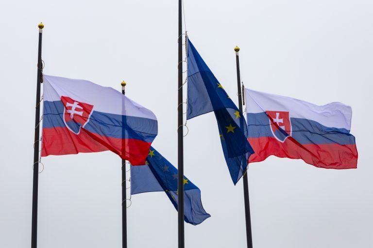 Vlajky EÚ a SR