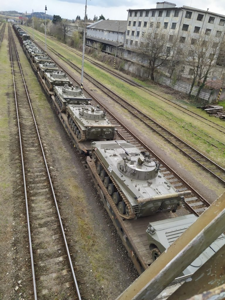 vlak s vojenskou technikou