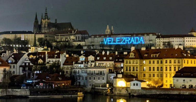 """nápis """"Velezrada"""" na Pražskom hrade"""