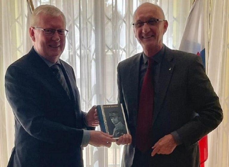 veľvyslanec Ruskej federácie na Slovensku Igor Borisovič Bratčikov a slovenský spisovateľ Jozef Banáš