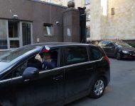 Zamestnanec ambasády máva z auta českou vlajkou počas odchodu z veľvyslanectva Českej republiky v Moskve v pondelok 19. apríla 2021.