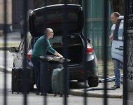 Zamestnanci veľvyslanectva nakladajú kufre do auta pred veľvyslanectvom Českej republiky v Moskve v pondelok 19. apríla 2021