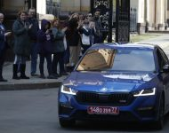 Zamestnanci ambasády odchádzajú v aute z veľvyslanectva Českej republiky v Moskve v pondelok 19. apríla 2021
