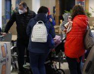 Na snímke ruskí diplomati s rodinami čakajú v rade na registráciu na letisku Václava Havla po pristátí ruského špeciálneho vládneho lietadla v Prahe v Českej republike v pondelok 19. apríla 2021