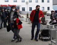 Na snímke ruskí diplomati s rodinami prichádzajú na letisko Václava Havla po pristátí ruského špeciálneho vládneho lietadla v Prahe v Českej republike v pondelok 19. apríla 2021