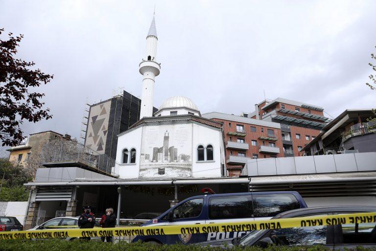 Útočník v mešite zranil nožom päť ľudí