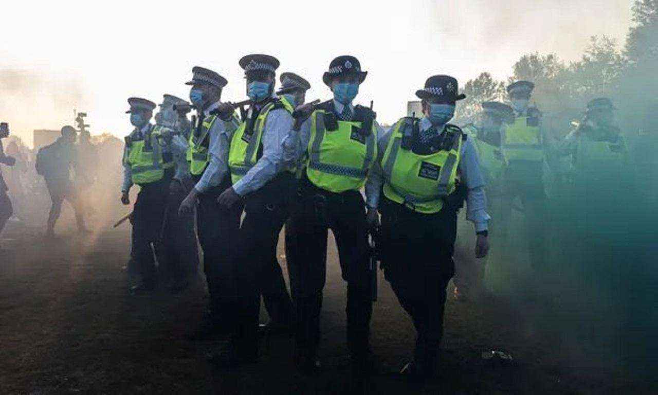 policajti na proteste v Británii