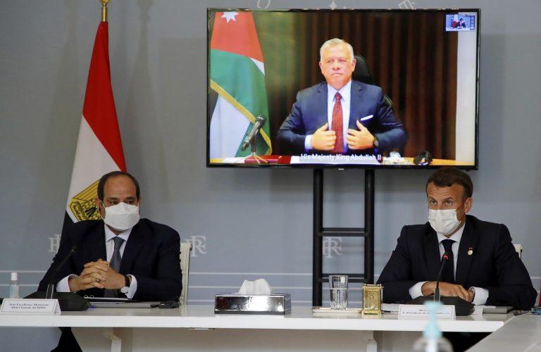 Francúzsky prezident Emmanuel Macron, jeho egyptský náprotivok Abdal Fattáh Sísí a jordánsky kráľ Abdalláh II.