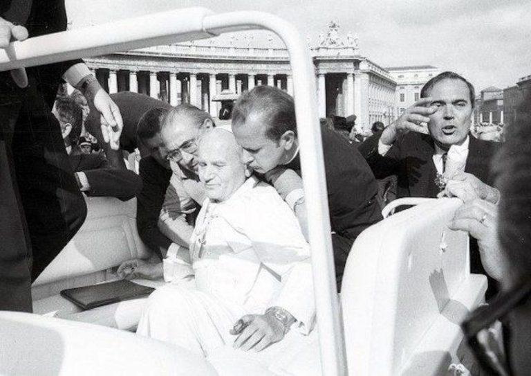 Záber krátko po atentáte na Jána Pavla II.