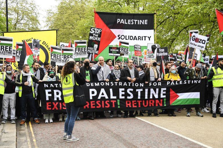 ľudia protestné zhromaždenie a pochod na podporu Palestínčanov, Londýn