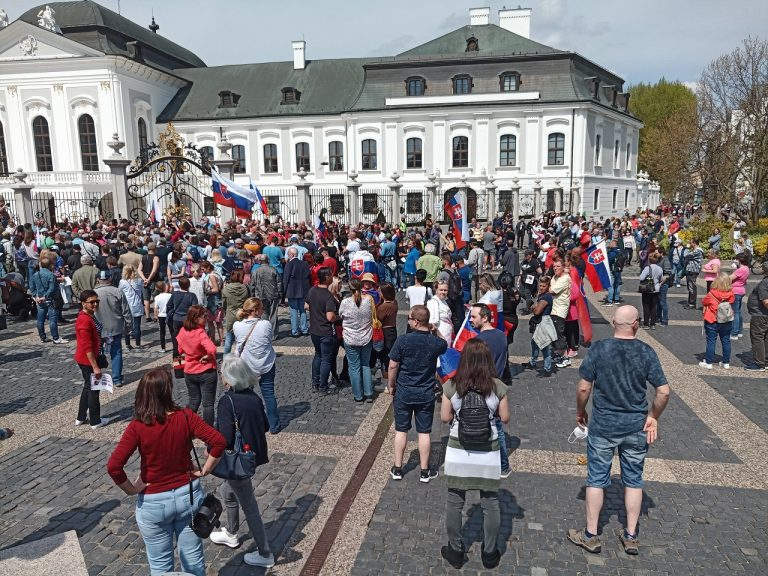 V Bratislave sa koná avizovaný pokojný pochod občanov