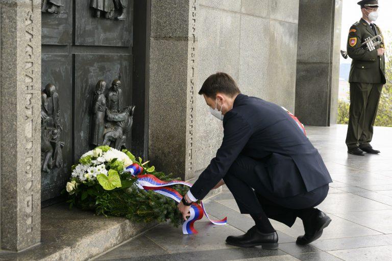 Eduard Heger si pripomenie 76. výročie ukončenia druhej svetovej vojny položením venca k pamätníku na Slavíne